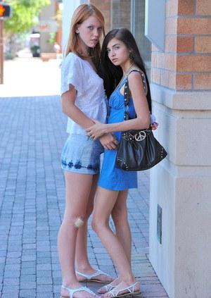 На балконе молодые лесбиянки в трусиках сексуально целуются и ласкают пилотки