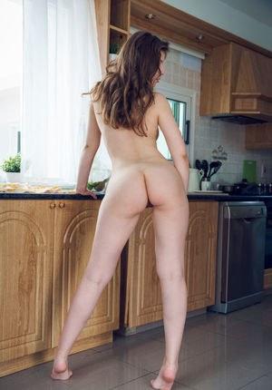 Сексуальная милашка устроила на кухне для соседа эротическое шоу в трусиках