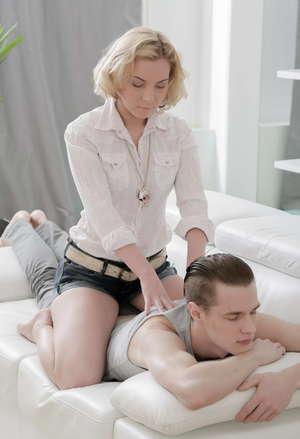Девулька в трусиках вместо массажа получила большой хер в бритую пилотку