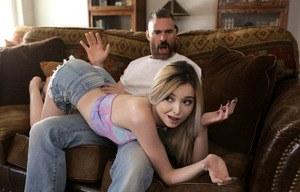 Худую блондинку отчим наказал большим членом и спермой в узкой промежности