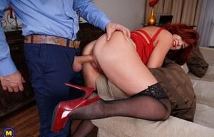 Любитель жесткого секса грубо трахает в волосатую пилотку рыженькую мамку
