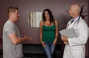 Сисястая жена изменяет мужу с доктором и получает порцию кончи в бритую киску