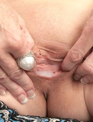Пожилая сисястая шмара после секса с молодым парнем получает полную пизду спермы