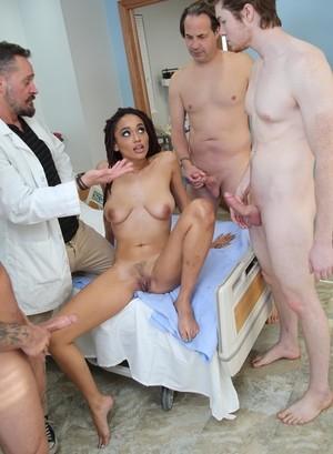 Черномазую красотку врачи в больнице трахнули толпой и накончали внутрь вагины