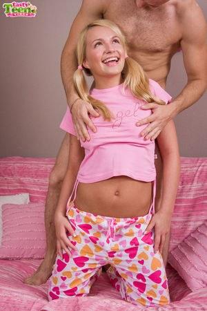Выебал молодую блондинку в задницу и даже смог кончить телке в попку