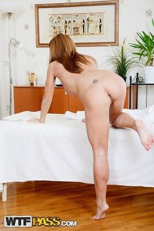 Массажист с большим членом бурно кончает в мокрую вагину блондинистой клиентки