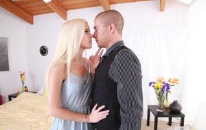 После прогулки худая блондинка наслаждается сексом и принимает сперму в вагину