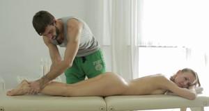 Русской девке после массажа развратный чувак спускает сперму в пизденку