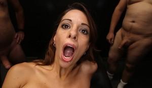 Любительницу групповухи выебали толпой и накончали внутрь вагины