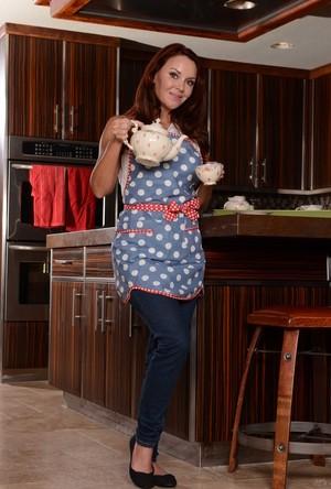 Рыжая зрелка на кухне показывает стриптиз и зачетные большие сиськи
