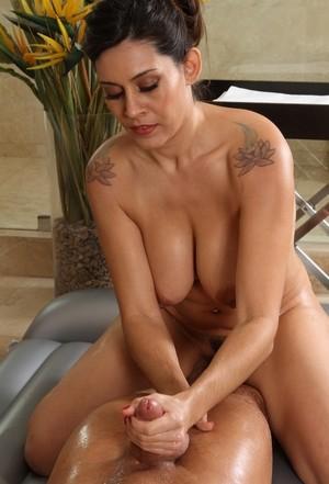 Мамка латинка с большими сиськами страстно трахается с пасынком в ванной