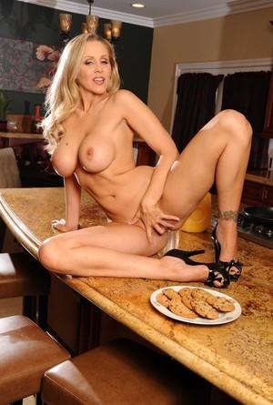 Блондинистая мамка угостила дружка печенькой и видом больших натуральных сисек