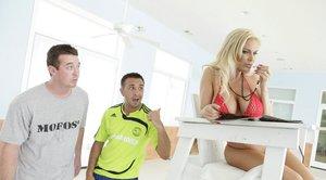 Грудастая мамка блондинка возле бассейна трахается со случайным любовником