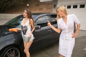 Молодуха помыла грудастой мамке машину и получила в награду смачный кунилингус
