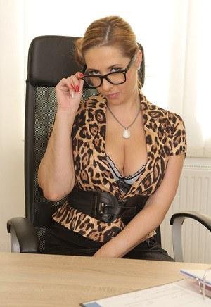 Сисястая мамка секретарша в чулках на рабочем столе широко раздвигает ножки