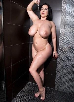 Перед походом в душ толстенькая мамка показывает сиськи и большую жопу