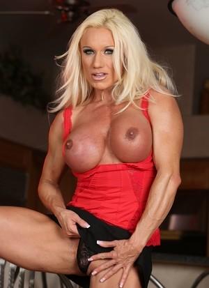 Накачанная мамка блондинку с помощью секс игрушки теребит бритую пизду