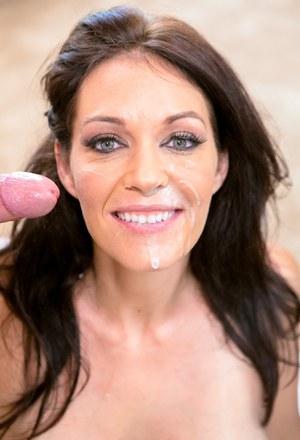 Мамка с большими сиськами получает порцию спермы на сладкие губки