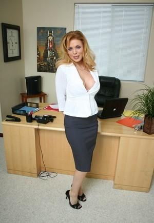 Взрослая офисная шлюшка перед новым работником устроила стриптиз в кабинете