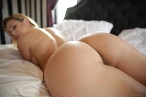 Перед муженьком сисястая жена в спальне раздевается и показывает бритую киску