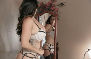 Жопастая мамка с большими сиськами аппетитно крутит попкой перед зеркалом