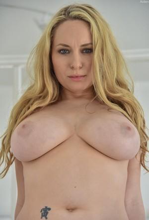 Мамка блондинка с большими сиськами активно трахает пилотку секс игрушками