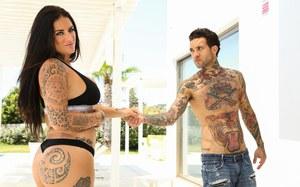 После секса испанский мачо спускает сперму на большие сиськи татуированной мамки