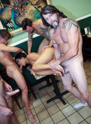 Черненькую официантку прямо в кафешке пускает по кругу толпа белых парней