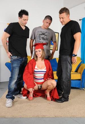 Блондинистая студентка отмечает выпускной групповухой с тремя однокурсниками