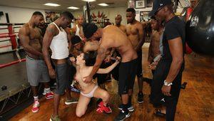 Сисястой спортсменке накачанные негритосы всей толпой насовали за щеку