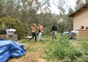 Деревенские трахари жестко выебали в групповухе заезжую туристку при муже