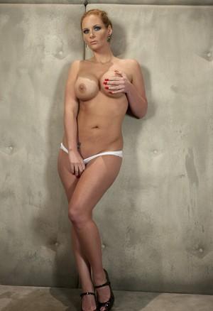 Бразильская бабенка эротично демонстрирует большие сиськи и шикарную задницу