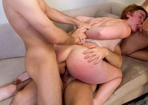 Четыре мужика устроили телке жесткую групповуху с двойным проникновением