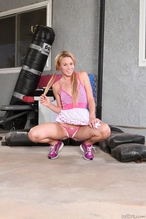 Молодая блондинка с удовольствием продемонстрировала стриптиз в спортзале