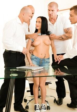Новенькой офисной шлюшке взрослые мужики устроили групповуху с двойным проникновением