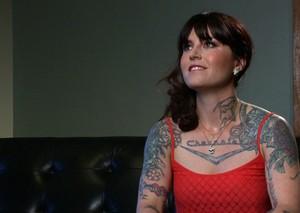 Татуированная бабенка напросила на гангбанг с глубоким проникновением больших болтов