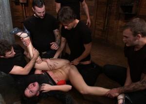 Любительницу жесткого секса похотливые мужики трахают во все дырки