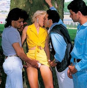 В парке местные мачо выебали блондинку во все дырки и напустили полный рот спермы