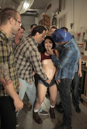 Азиатке с маленькими сиськами мужики в гараже напустили полный рот спермы