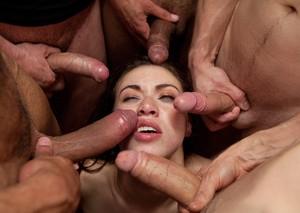 Французскую телочку ебут в большой групповухе и заливают спермой