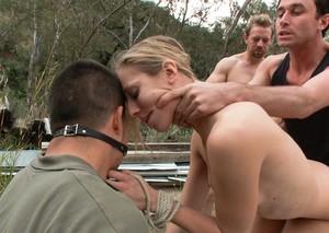 На природе мужики жестко отпердолили блондинку во все дырки на глазах мужа