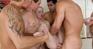 Во время гангбанга хрупкая блондинка наслаждается большими членами